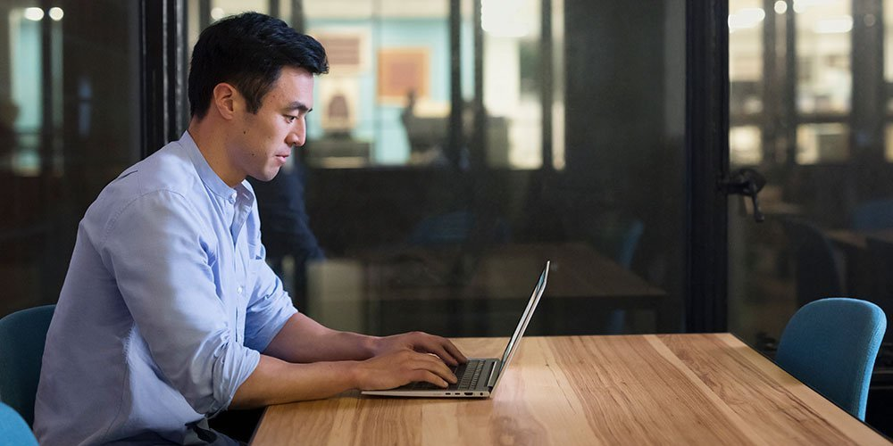 위험 부담없는 HP 노트북으로 업무를 수행하는 사무실 직원